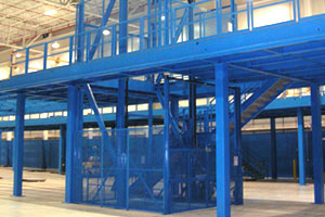 photo of an industrial material handling lift